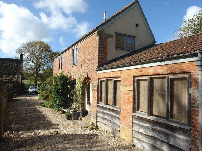 PITTARDS FARM COTTAGE, neat detached cottage for two in peaceful village, location de vacances à South Petherton