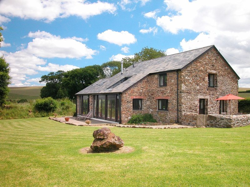 THE RED BARN, edge of Dartmoor cottage with indoor/outdoor pools, tennis court, holiday rental in Lydford