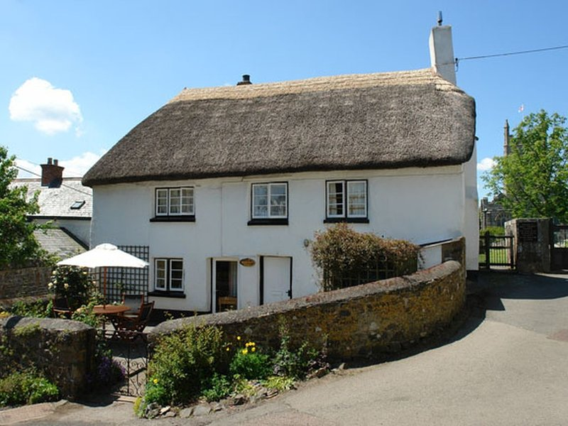 PRIMROSE COTTAGE, pretty thatched cottage with open fire, close to good pub. In, casa vacanza a Dunsford