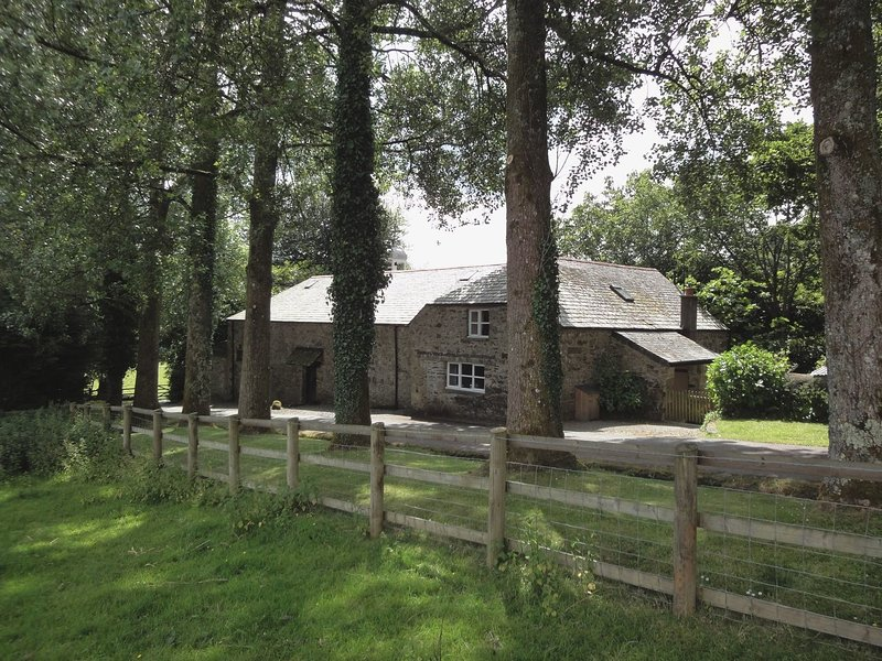 PIGWIGS PLACE, tranquil Dartmoor cottage with wood burning stove and extensive, holiday rental in Plympton