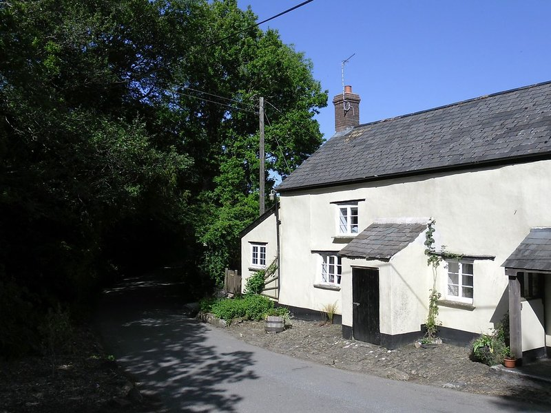 LITTLE WEEK COTTAGE, romantic bolt hole, ideally placed for exploring Dartmoor, holiday rental in Lydford