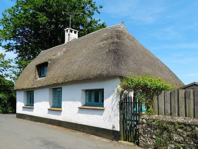 THE OLD FORGE, picturesque, thatched cottage on edge of Dartmoor. Haytor 2, vacation rental in Bovey Tracey