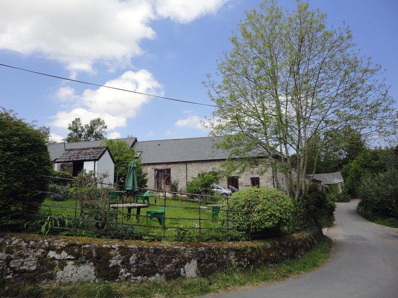 MOORHAVEN, stylish Dartmoor cottage with wood burning stove and open moorland, vacation rental in Okehampton