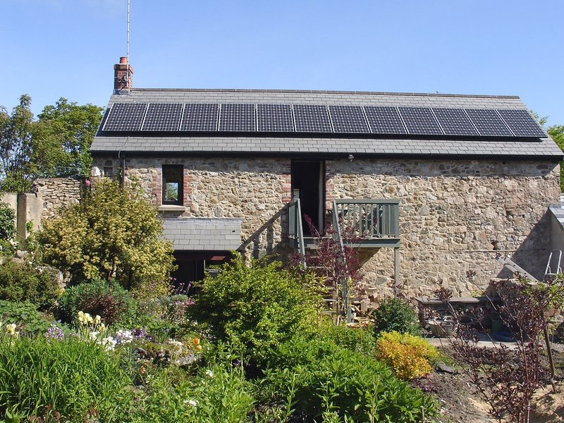 GARDENERS COTTAGE, detached cottage with lovely flower garden and wood burning, holiday rental in Okehampton
