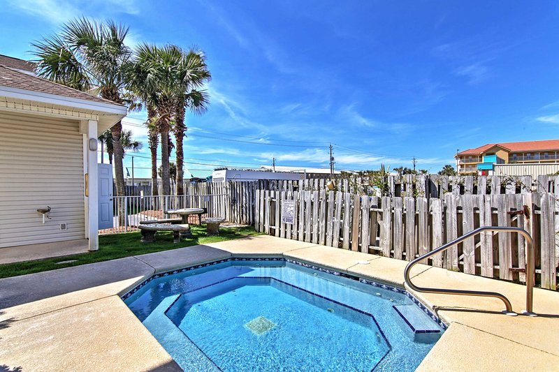 This unit offers access to the onsite shared pool and splash pool.