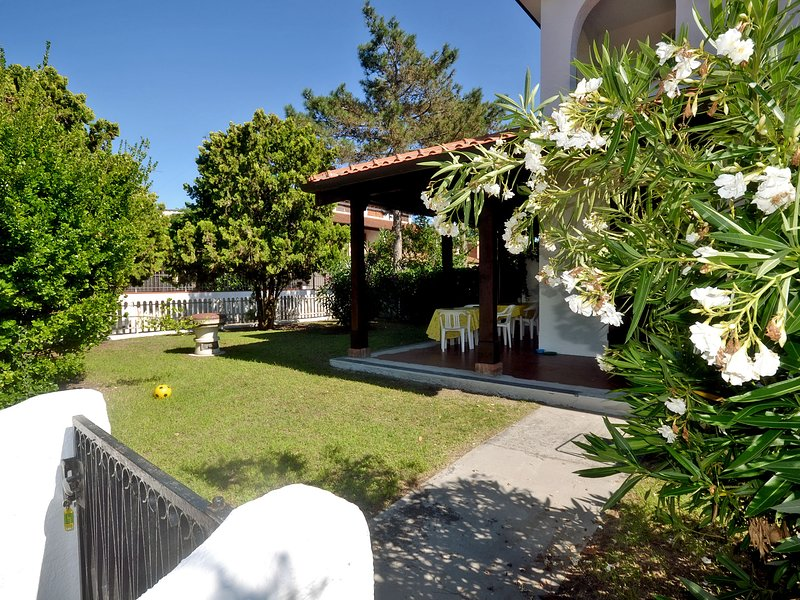 Villetta d'angolo con ampio giardino e posto auto interno, aluguéis de temporada em Lido delle Nazioni