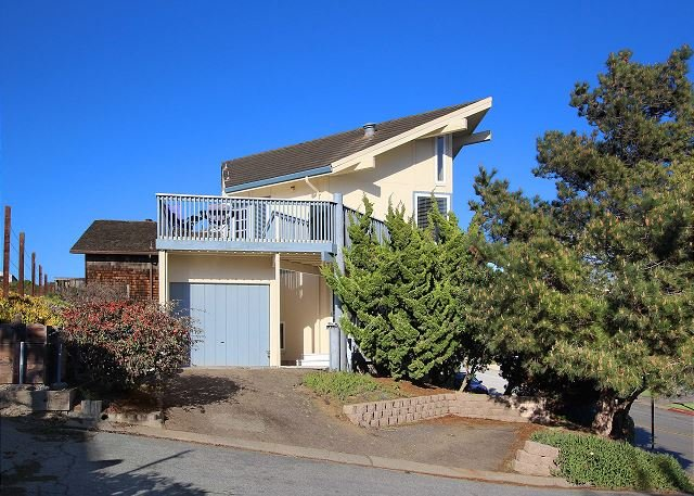 Sweeping Bay & Ocean Views! Sand Dollar Beach Home w/ Expansive Deck, location de vacances à La Selva Beach