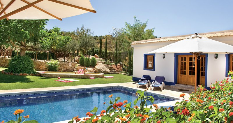 Aroal Villa Sleeps 10 with Pool Air Con and WiFi - 5585391, holiday rental in Cerca Velha