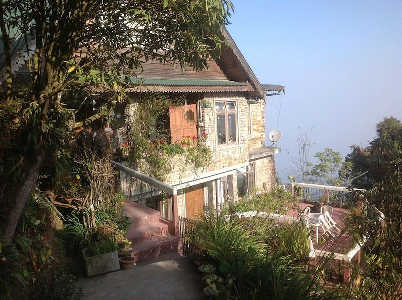 The English Cottage (4 BR) snow views, vacation rental in Darjeeling