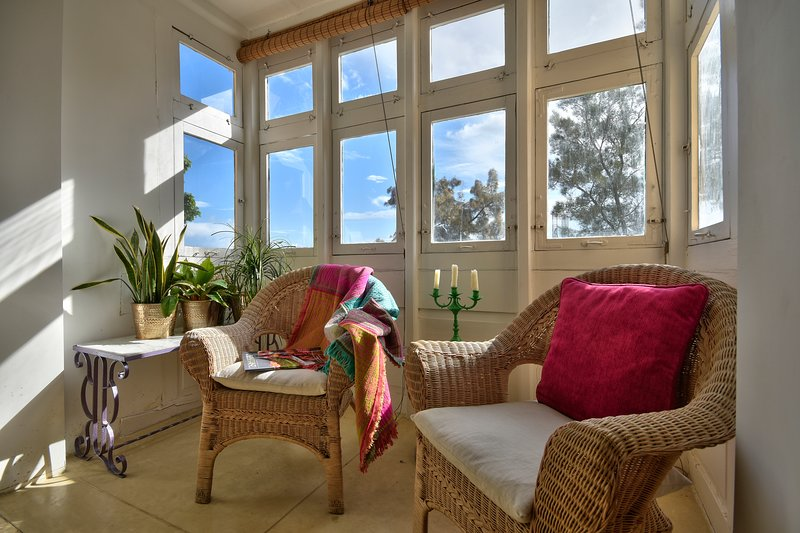 Bright 1BR townhouse with sea view (PCG FLN), vacation rental in Floriana