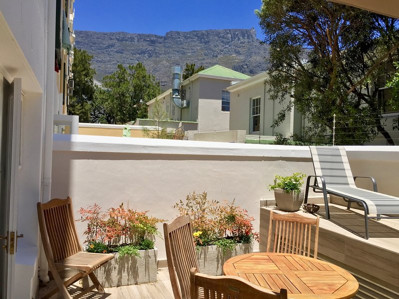 Stylish One-Bed Apartment with Patio & Mountain Views, holiday rental in Vredehoek