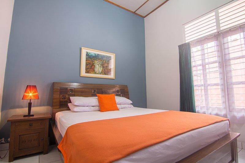Zentral gelegen in einer ruhigen Gegend. Wir haben 6 Zimmer mit Bad. Geeignet für Familien oder einzelne Gäste.