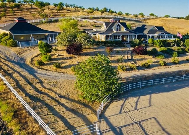 A French Inspired Modern Farmhouse with Spanish Influences on the West Side, holiday rental in Lake Nacimiento