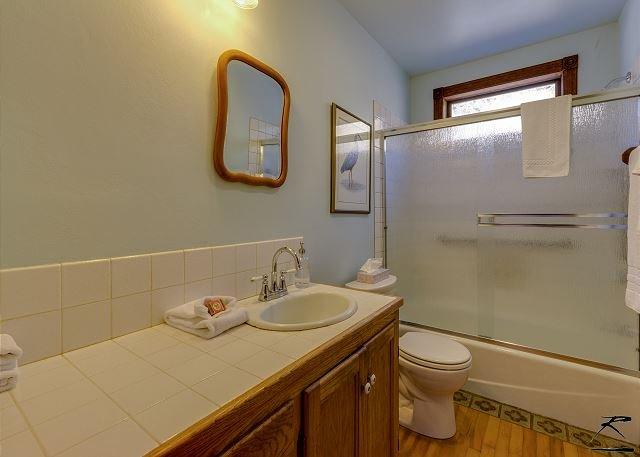 Baño de arriba con ducha / bañera combinado.