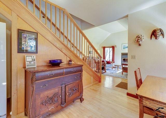 habitación de buffet comedor mostrando escaleras.