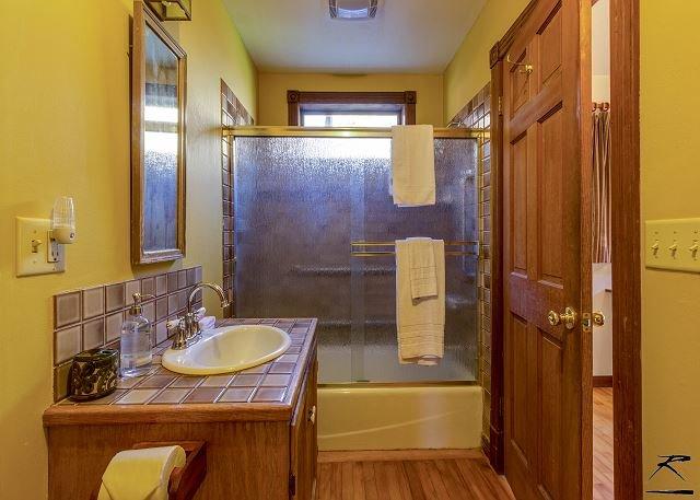 Ducha / bañera en el baño abajo.