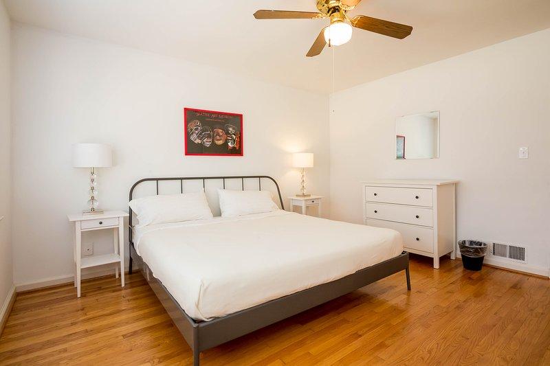 king size niveau principal lit avec matelas sur mesure et un placard surdimensionné