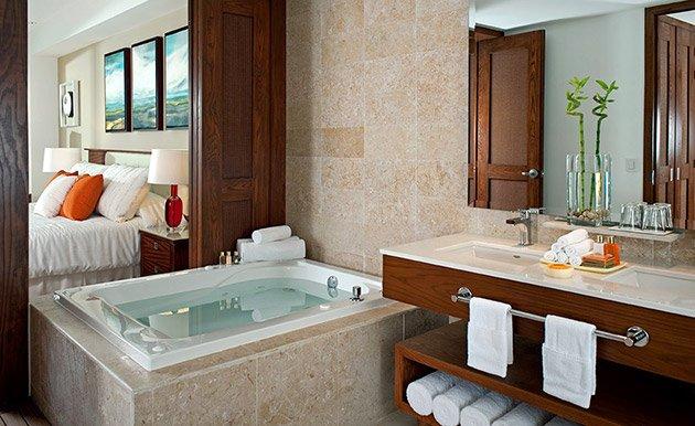 Banheira de hidromassagem em cada banheiro com chuveiro