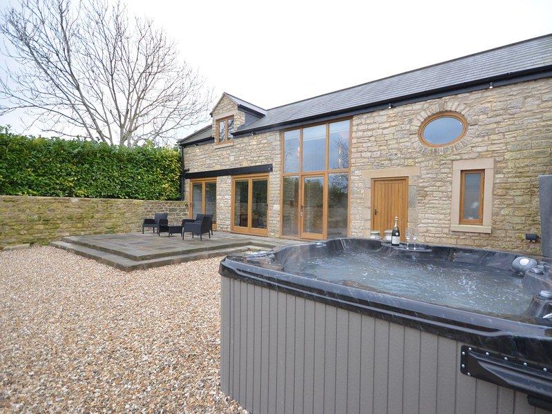 bañera de hidromasaje y vistas a la propiedad