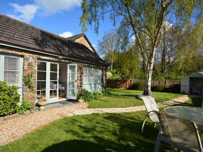 Vue sur la propriété avec jardin et maison d'été