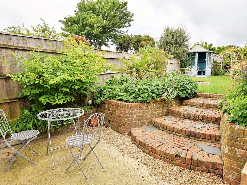 patio y jardín más allá