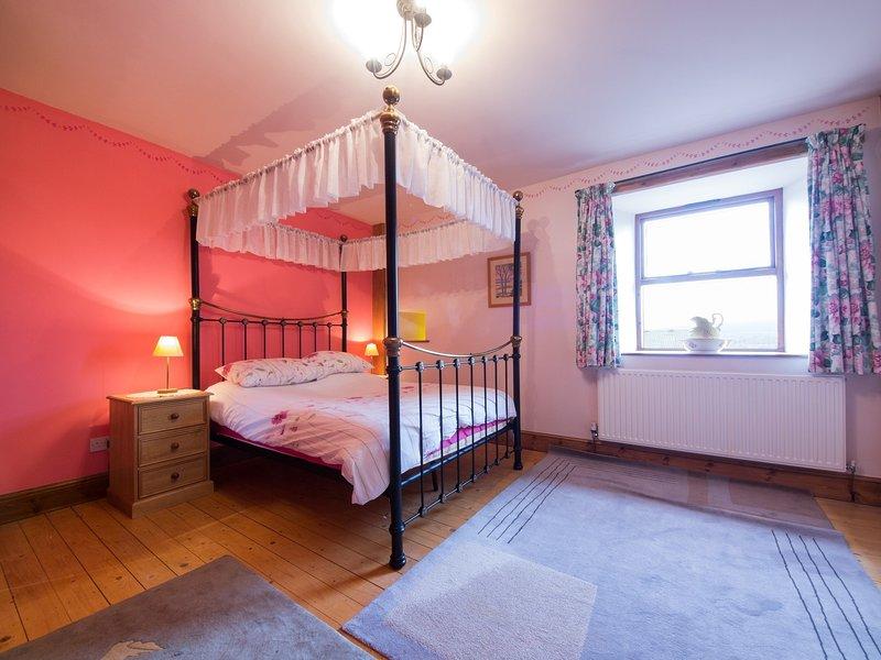 cama com dossel quarto espaçoso
