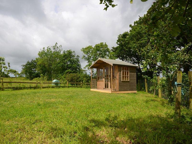 Garden area with summer house