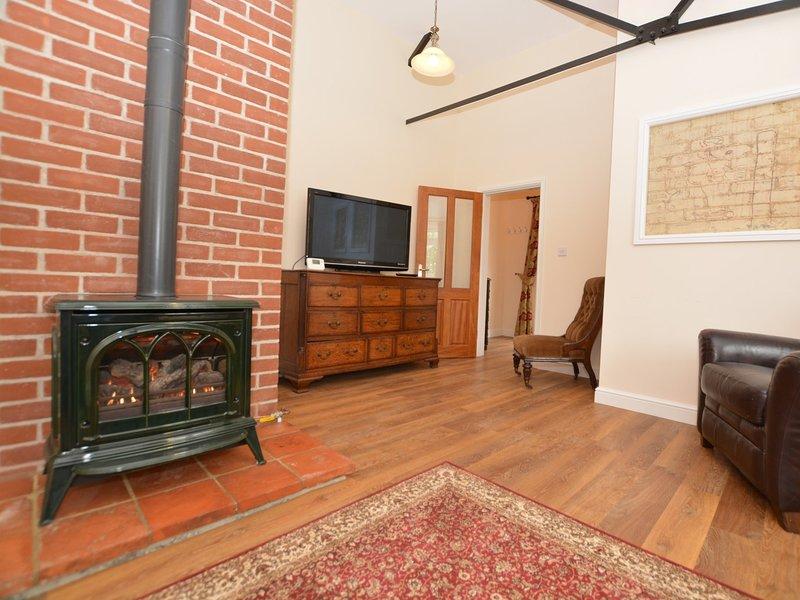 salon confortable avec poêle à bois