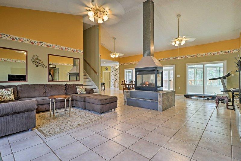 L'espace salon dispose d'un plan d'étage ouvert réconfortant et foyer au gaz autonome.