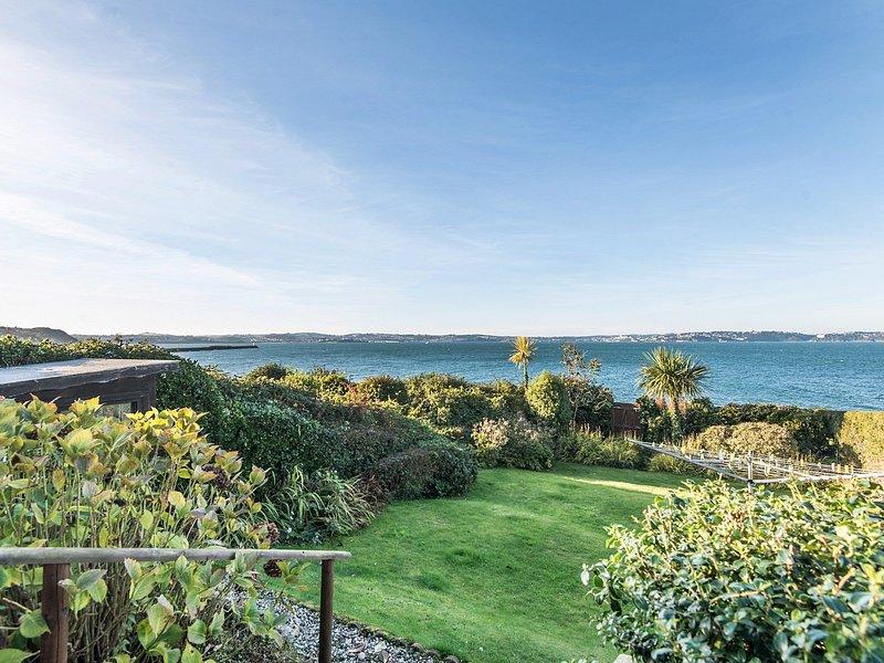 Ein Hecktür vom Garten bietet einen direkten Zugang zur Küste