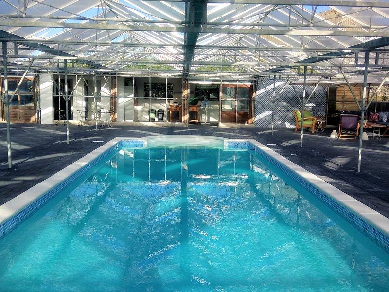 Rilassatevi presso la piscina coperta riscaldata condivise solo con il proprietario