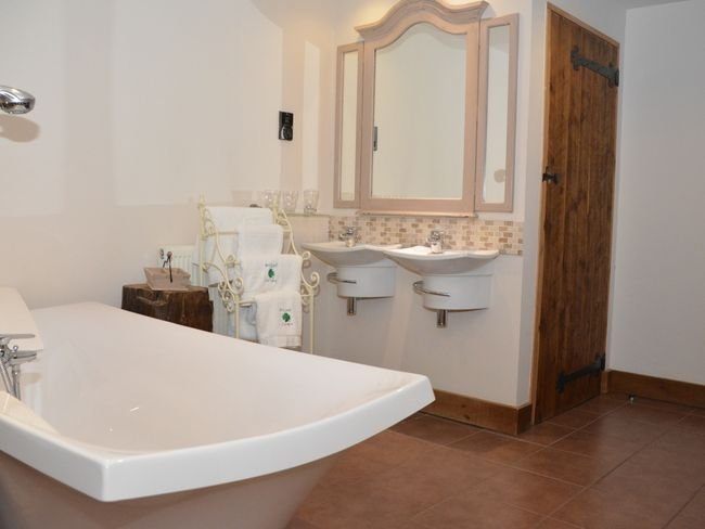 Freestanding bath and separate w/c