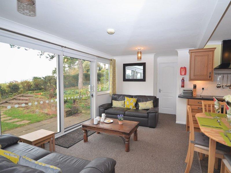 Offene Lounge / Küche / Esszimmer mit Blick auf das Meer und Terrassentüren