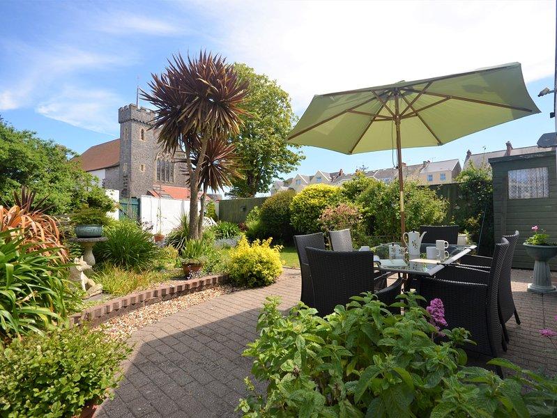 Beau jardin avec des meubles de patio