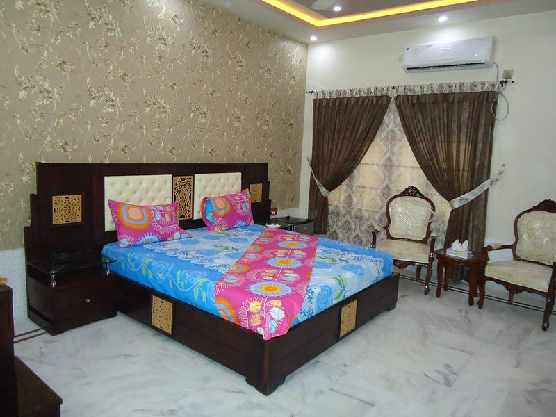 Patel Residency Guest House (Deluxe Double Room) 1, holiday rental in Sindh Province