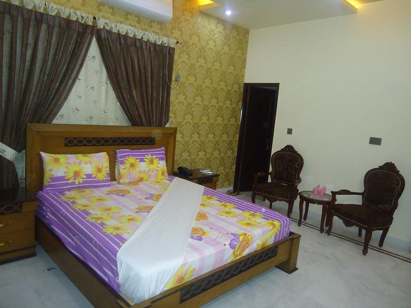 Patel Residency Guest House (Deluxe Double Room) 2, holiday rental in Sindh Province