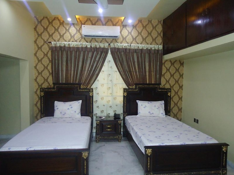 Patel Residency Guest House (Deluxe Twin Room) 1, holiday rental in Sindh Province