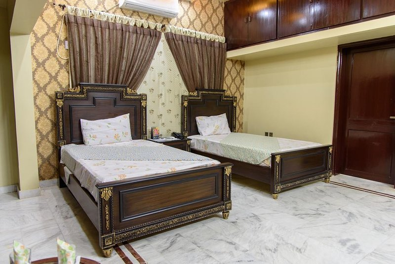 Patel Residency Guest House (Deluxe Twin Room) 4, holiday rental in Sindh Province