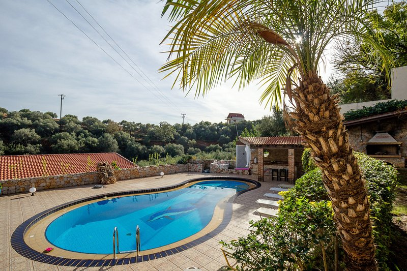 Dream Lux Flat with great Outdoors, Pool & Parking, holiday rental in Perivolia