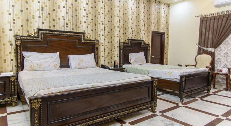 Patel Residency Guest House (Deluxe Family Room) 2, holiday rental in Sindh Province