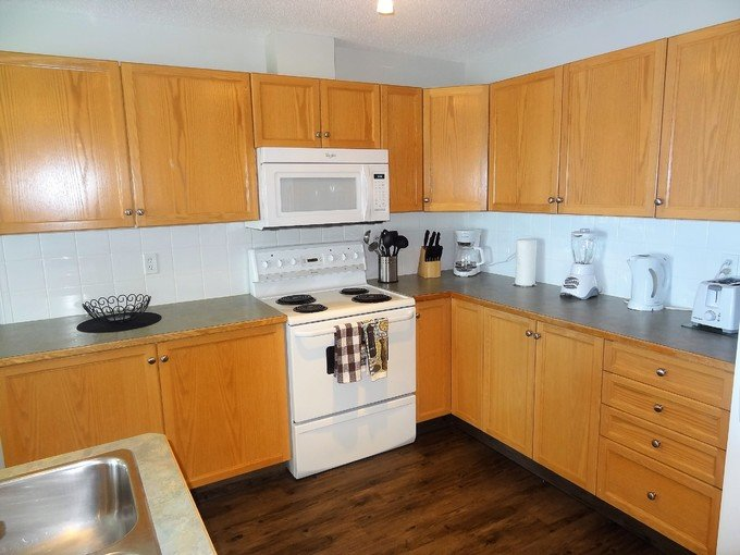 Great Two Bedroom + Den Condo in Devonshire – semesterbostad i Red Deer