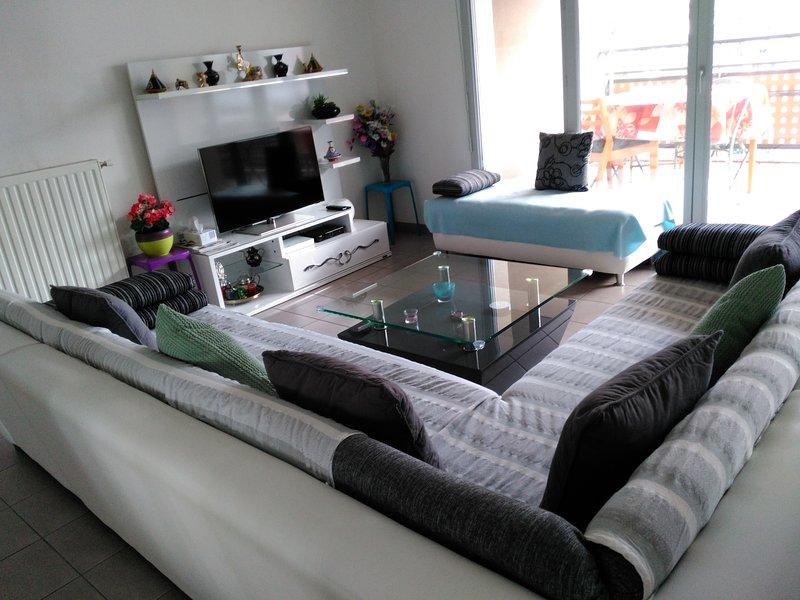 Joli Appartement très lumineux F3 de 62,5 m² avec parking privé, holiday rental in Bonnefamille
