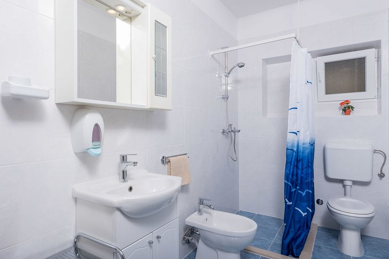 A2(3+1): bathroom with toilet
