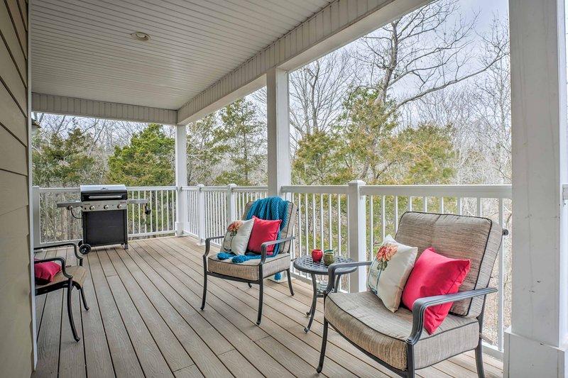 Détendez-vous sur le patio meublé après une journée sur le parcours.