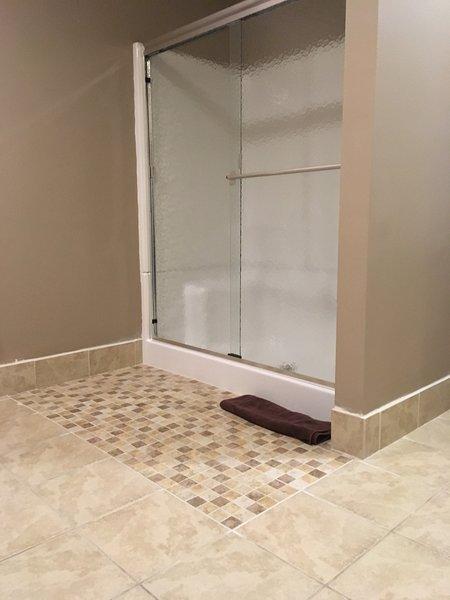 Brand nieuwe douche op lager niveau. Ontspan en geniet van een rustgevende douche!