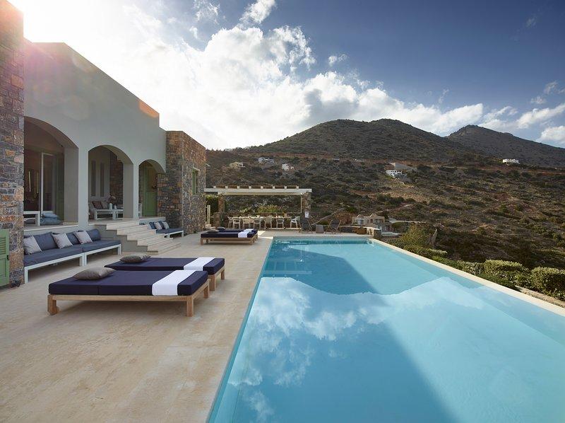 Exclusive holiday! Sea view villa w/ infinity pool/7-minute walk to beach, alquiler vacacional en Elounda