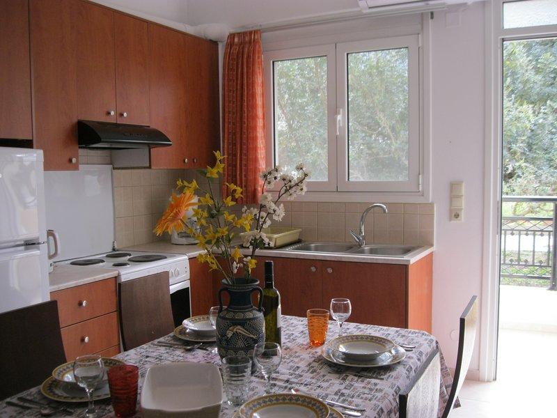 Bereiten Sie Ihre köstlichen Mahlzeiten in dieser voll ausgestatteten Küche mit allen Annehmlichkeiten zu. Kaffeemaschine und Wasserkocher