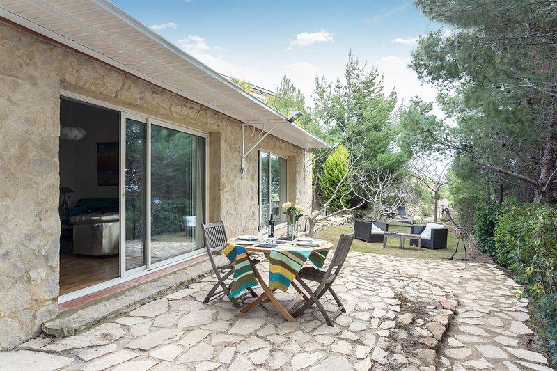 Gite RDC independant dans jardin au calme piscine, holiday rental in Peyriac-de-Mer