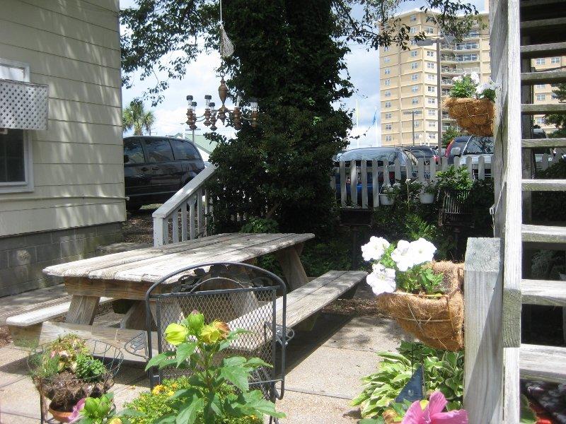 barbecue et table de pique-nique juste à l'extérieur