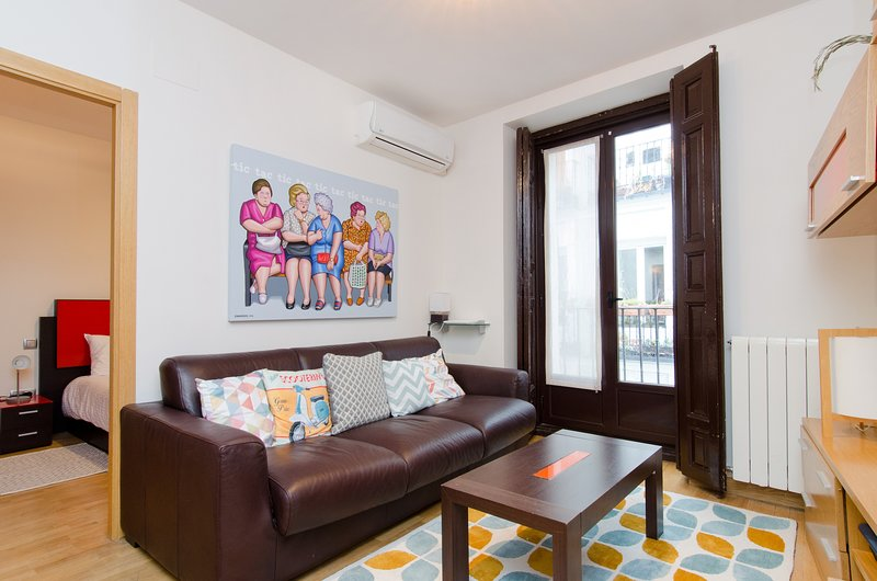 A REAL HOME FROM HOME-CENTRE- INSTANT CONFIRMATION, vacation rental in Madrid